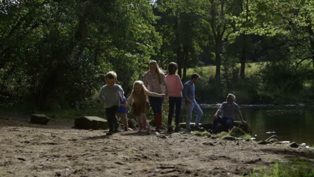 vídeos y material grabado en eventos de stock de familia en el lago - memorial day weekend