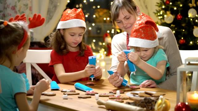 familj bakning julkakor. - pepparkaka bildbanksvideor och videomaterial från bakom kulisserna