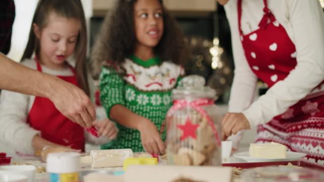 familj bakning cookies för julen tillsammans - pepparkaka bildbanksvideor och videomaterial från bakom kulisserna