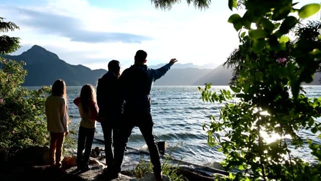 familienbindung in der natur - britisch kolumbien stock-videos und b-roll-filmmaterial