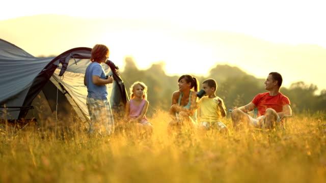HD :DOLLY ご家族でのキャンプの草地 ビデオ