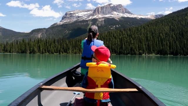 vídeos de stock, filmes e b-roll de canoagem pov família em emerald lake no verão, yoho national park, british columbia, canadá - canadá
