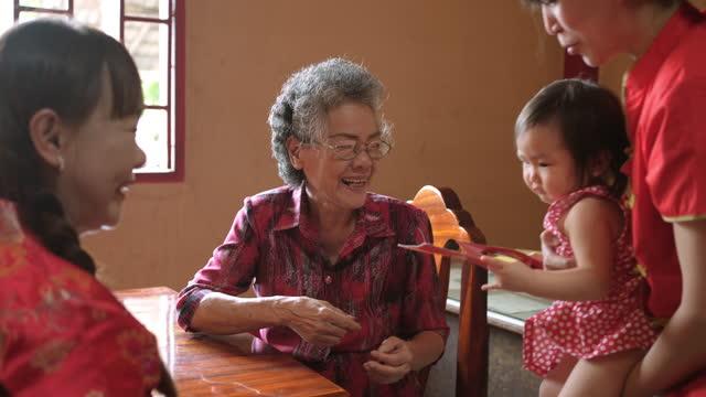 家族は中国の旧正月を祝います。 - disruptagingcollection点の映像素材/bロール