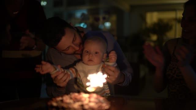 stockvideo's en b-roll-footage met familie viert een verjaardag thuis - sober leven