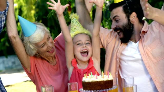 vidéos et rushes de famille, célébrer un anniversaire - fête de naissance