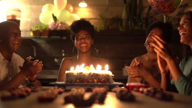 집에서 생일 파티를 축 하 하는 가족 - 20 29세 스톡 비디오 및 b-롤 화면
