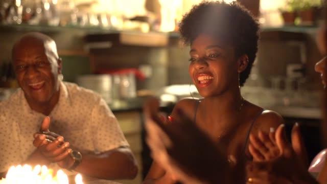 vídeos de stock e filmes b-roll de family celebrating birthday party at home - afro