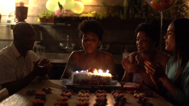 familie feiern geburtstagsparty zu hause - geburtstagstorte stock-videos und b-roll-filmmaterial
