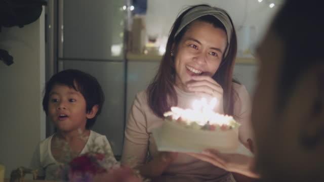 familie feiert geburtstagsparty zu hause - geburtstagskerze stock-videos und b-roll-filmmaterial