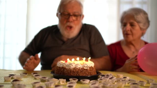 vídeos y material grabado en eventos de stock de familia celebrando fiesta de cumpleaños - soplar