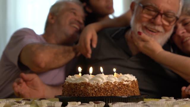 festa di compleanno per la famiglia - 60 69 anni video stock e b–roll
