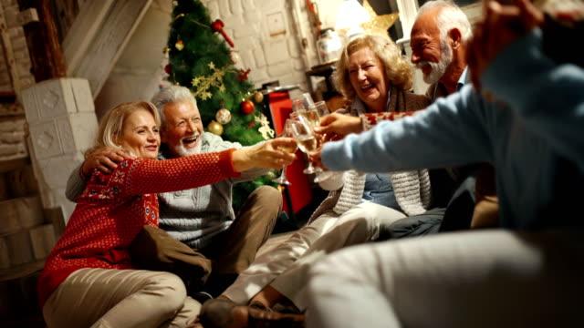 stockvideo's en b-roll-footage met familie samen kerst vieren. - christmas cabin