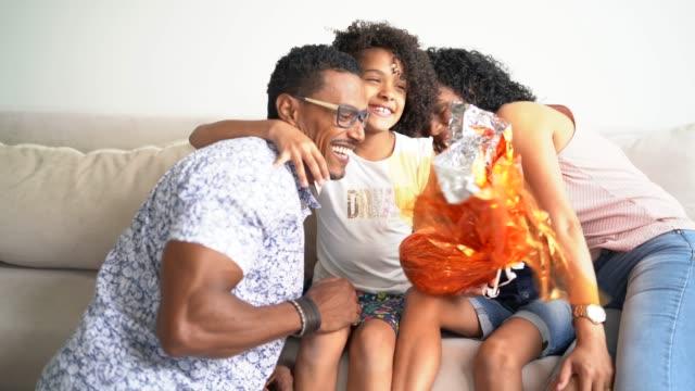 vídeos de stock, filmes e b-roll de família que comemora easter em casa - brasileiro pardo