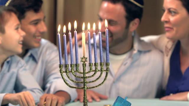 vídeos y material grabado en eventos de stock de familia celebrando jánuca - hanukkah