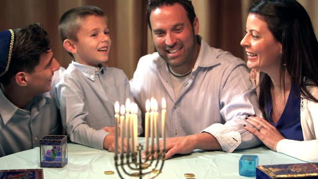 ハヌカ(ユダヤ教のお祭り)を祝う家族 - ハヌカー祭点の映像素材/bロール