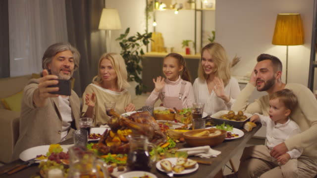 rodzina na czacie z przyjaciółmi - święto dziękczynienia filmów i materiałów b-roll