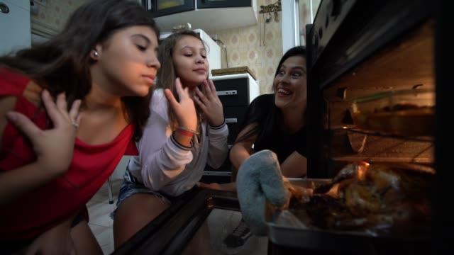 Famille recherchant la Turquie traditionnelle dîner de Noël - Vidéo