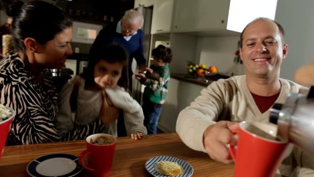 家族のコーヒー ブレーク - 親族会点の映像素材/bロール