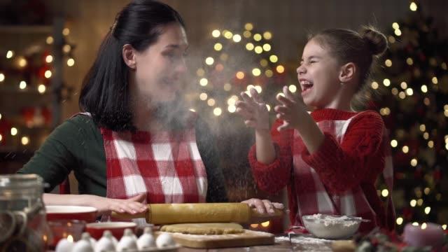familie kochen weihnachtsplätzchen. - lebkuchen stock-videos und b-roll-filmmaterial