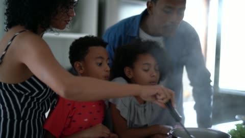 cucina in famiglia insieme in cucina - cena video stock e b–roll