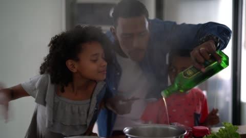 cucina in famiglia insieme in cucina - cucinare video stock e b–roll