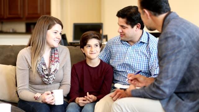 vídeos y material grabado en eventos de stock de sesión de consejería familiar en casa con el terapeuta. - profesional de salud mental