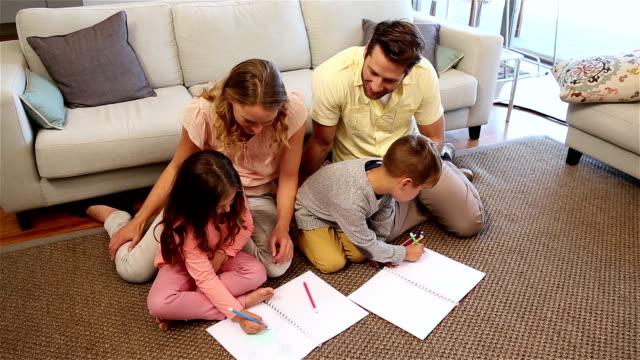 Familie macht Hausaufgaben auf der Etage – Video