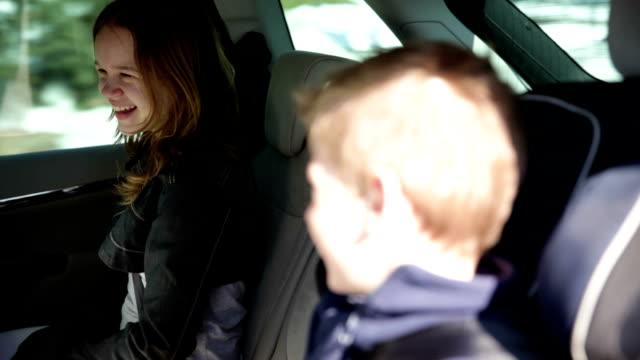 HAUTE DÉFINITION VIDÉO: Famille de conduire une voiture - Vidéo
