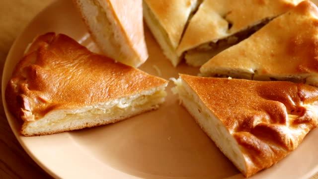 vídeos de stock e filmes b-roll de family eating a pie - crucíferas