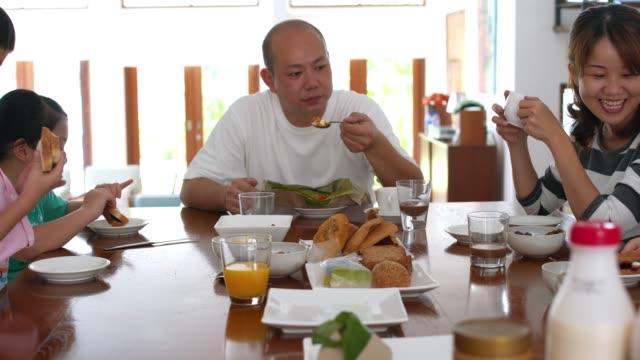 stockvideo's en b-roll-footage met familie ontbijt samen eten - breakfast table