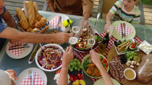 Familie isst im Sommer gemeinsam draußen – Video