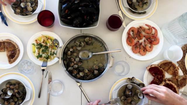 vídeos y material grabado en eventos de stock de familia de comer mariscos. vista superior. - comida española