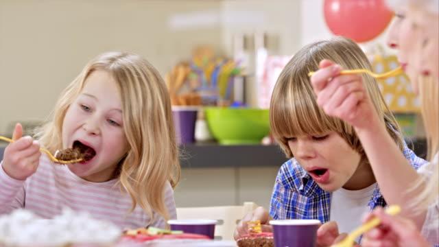 Familia comiendo el pastel de cumpleaños Fiesta en la - vídeo