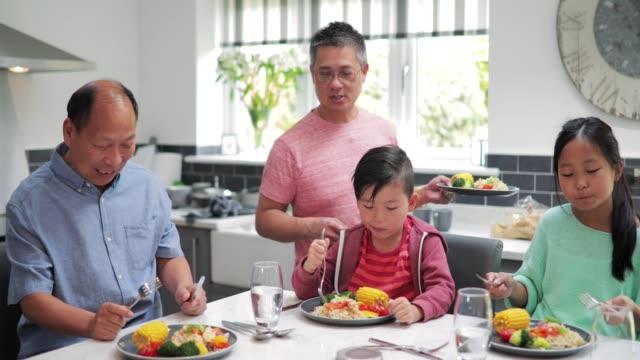 家族家で炒め物を楽しんで - 親族会点の映像素材/bロール