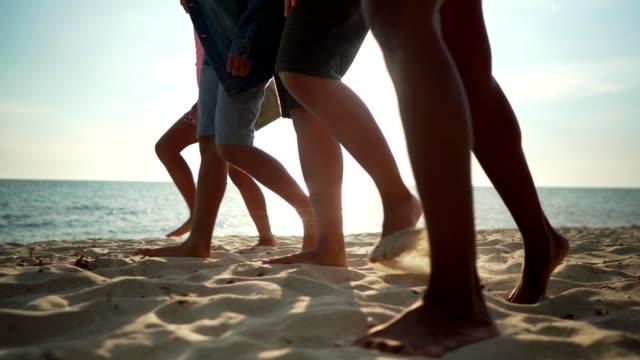 stockvideo's en b-roll-footage met familie genieten van strandwandeling op vakantie - vier personen