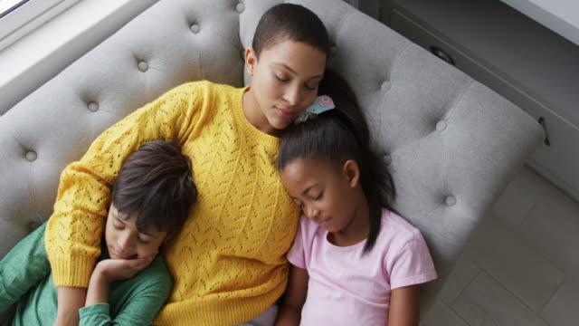 vidéos et rushes de famille appréciant le temps libre à la maison - chrono sport