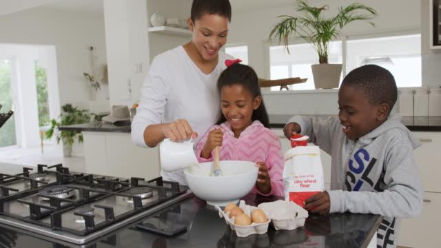 familie genießt freizeit zu hause - vollzeit elternteil stock-videos und b-roll-filmmaterial