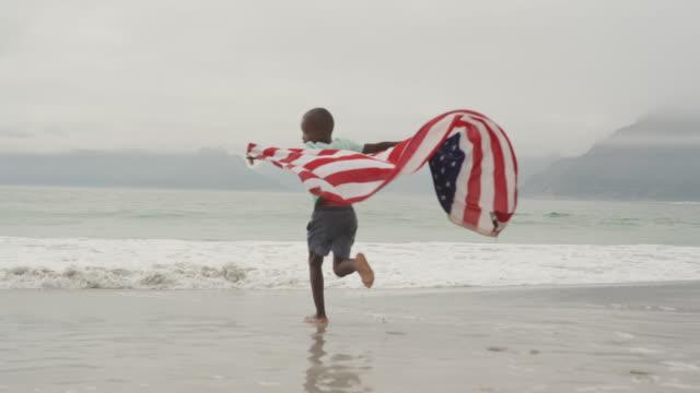 Familie genießt Freizeit am Meer – Video