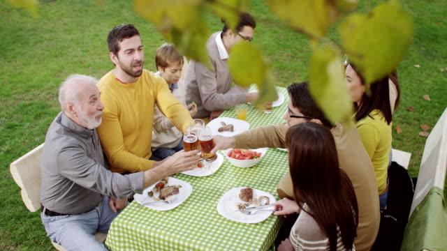 Família desfrutar de churrasco - vídeo