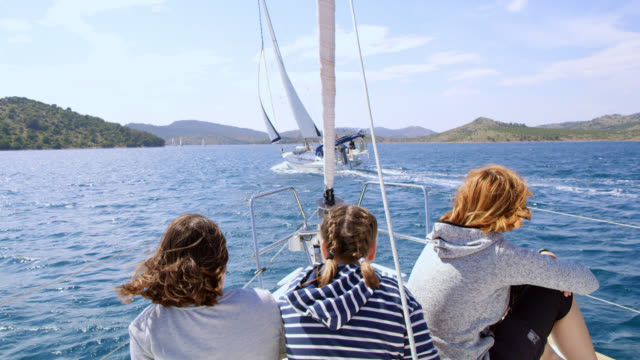 Família de WS, apreciando a velejar em um veleiro - vídeo
