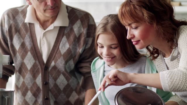 vídeos y material grabado en eventos de stock de familia disfrutando del aroma de la sopa casera - comida casera