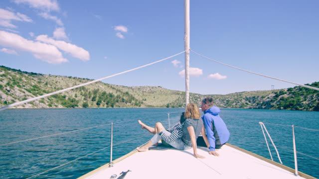 ws ファミリ湾でのセーリングしながら景色を楽しみながら - デッキ点の映像素材/bロール