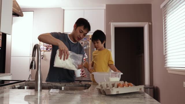 familie genießt die gemeinsame entspannung zu hause - vollzeit elternteil stock-videos und b-roll-filmmaterial