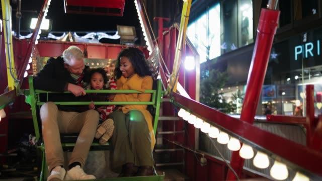 familjen spänning på fun fair - fritidsanläggning bildbanksvideor och videomaterial från bakom kulisserna