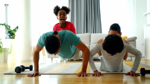 famiglia che si allena a casa - allenamento video stock e b–roll
