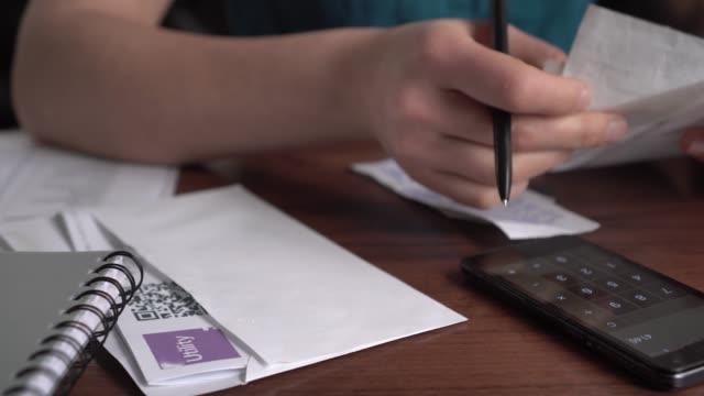 vídeos y material grabado en eventos de stock de finanzas familiares y presupuestos. un presupuesto personal o presupuesto para el hogar - planificación financiera