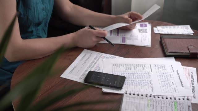 vídeos y material grabado en eventos de stock de finanzas familiares. calcular ingresos y gastos mensuales - planificación financiera