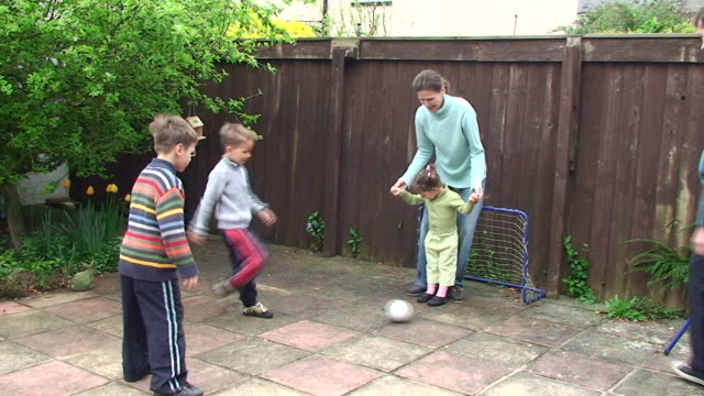 stockvideo's en b-roll-footage met family football at the backyard - peuterklasleeftijd