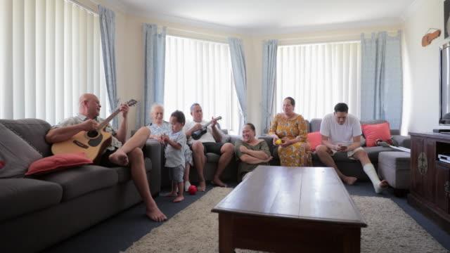 가족의 즐거움 - 와이드 샷 스톡 비디오 및 b-롤 화면