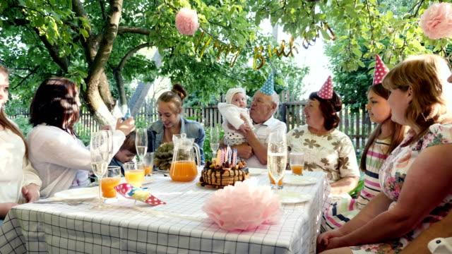 Família reunidos à mesa para comemorar o aniversário - vídeo